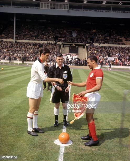 Cesare Maldini centrehalf and captain of AC Milan exchanges pennants with Mario Coluna captain of Benfica before the kickoff of the European Cup...