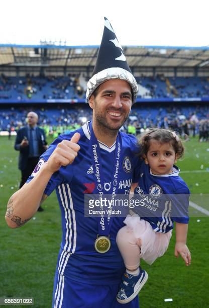 Cesc Fabregas of Chelsea and his child celebrate after the Premier League match between Chelsea and Sunderland at Stamford Bridge on May 21 2017 in...