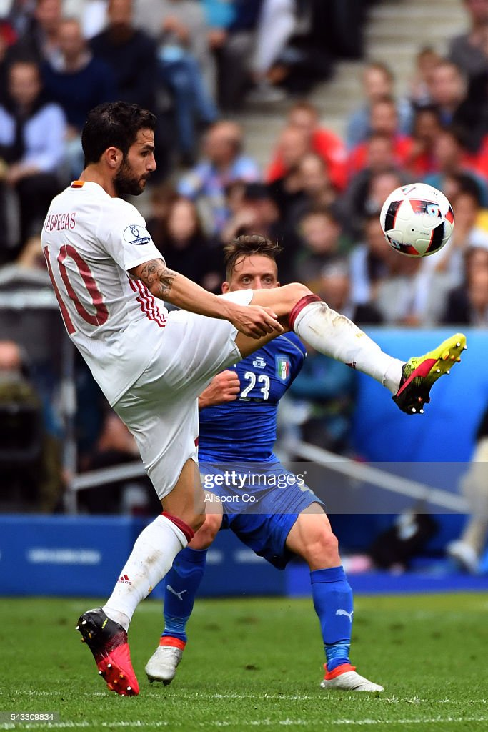Cesc Fàbregas of Spain controls the ball during the UEFA EURO 2016 round of 16 match between Italy and Spain at Stade de France on June 27, 2016 in Paris, France.