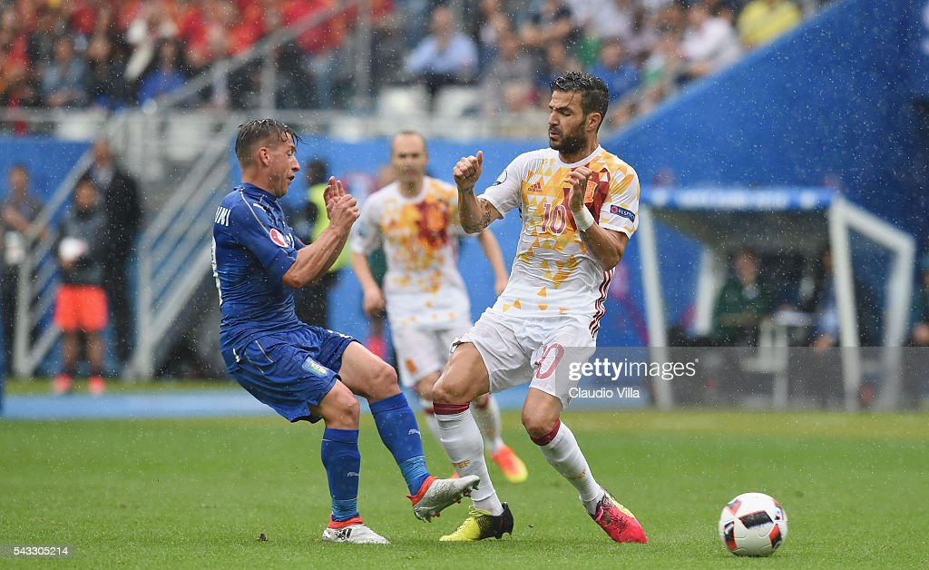 Cesc Febregas of Spain and <a gi-track='captionPersonalityLinkClicked' href=/galleries/search?phrase=Emanuele+Giaccherini&family=editorial&specificpeople=6675873 ng-click='$event.stopPropagation()'>Emanuele Giaccherini</a> of Italy compete for the ball during the UEFA EURO 2016 round of 16 match between Italy and Spain at Stade de France on June 27, 2016 in Paris, France.