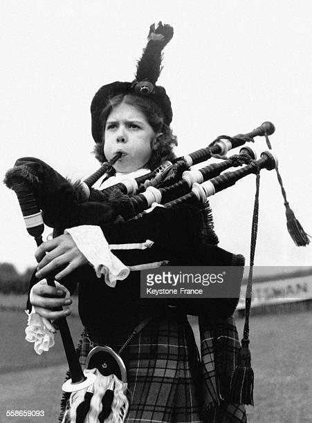 Cette jeune fille âgée de 12 ans est la plus jeune joueuse de cornemuse jouant dans l'orchestre ouvrant au Barrass Stadium les Highland Games à...