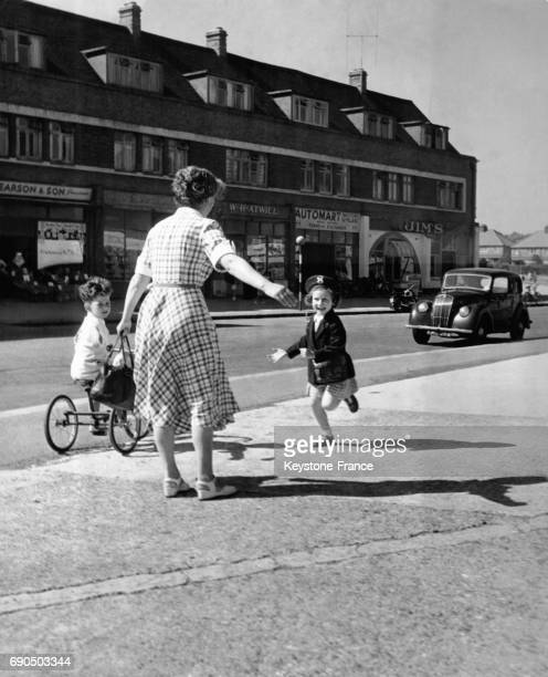 Cette maman partie faire les courses avec son fils sur un tricycle retrouve sa fille sortant de l'école au RoyaumeUni