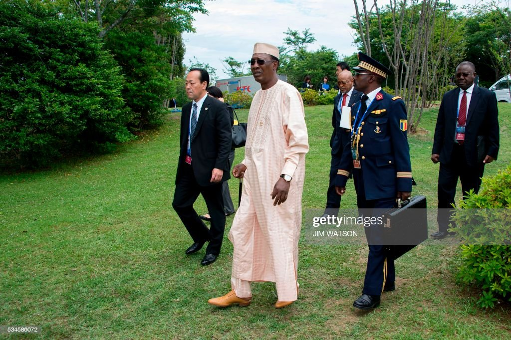 Chad President Idriss Deby Itno (C) arrives to take part in the 'Outreach Session' family photo with world leaders at the G7 Summit in Shima in Mie prefecture on May 27, 2016. A British secession from the European Union in next month's referendum could have disastrous economic consequences, G7 leaders warned on May 27 at the close of the summit in Japan. / AFP / POOL / JIM