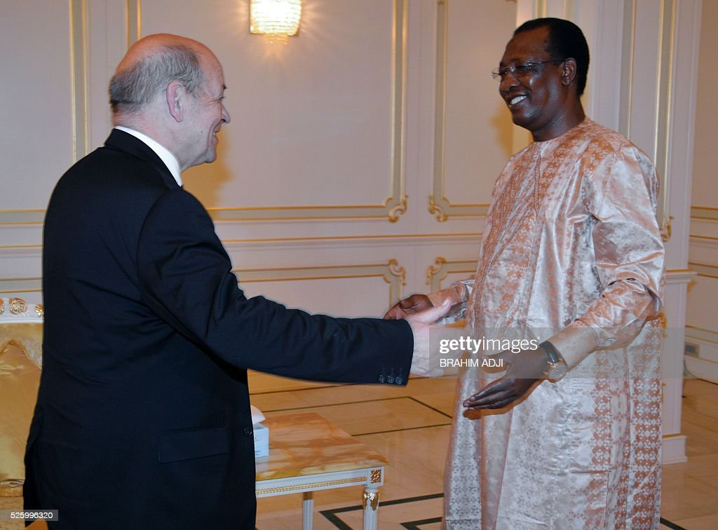 Chad President Idriss Deby Itno (R) meet with French Defence Minister Jean-Yves Le Drian (L) at the presidential palace in N'djamena on April 29, 2016. / AFP / BRAHIM