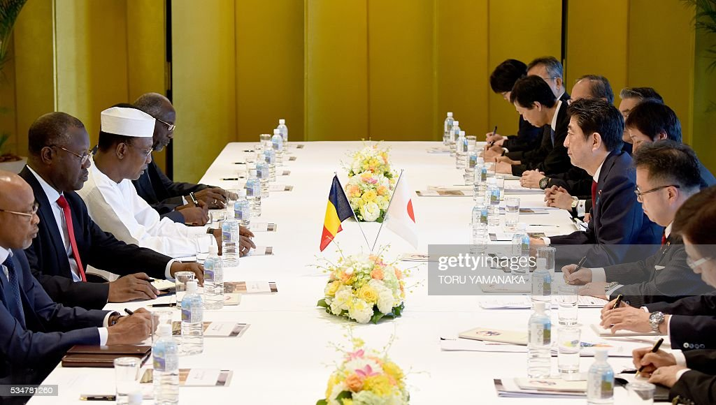 Chadian President Idriss Deby Itno (3rd L) speaks at Japanese Prime Minister Shinzo Abe (3rd R) during their talks in Nagoya, central Japan, on May 28, 2016. The Chadian president came to attend the Group of Seven (G7) summit meeting in Ise. / AFP / POOL / TORU