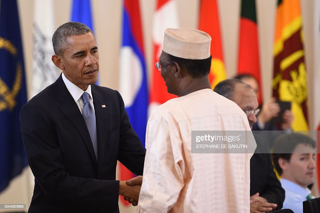 Chad's President Idriss Deby (R) speaks to US President Barack Obama as they take part in a dialogue with world leaders at the G7 Summit in Shima in Mie prefecture on May 27, 2016. A British secession from the European Union in next month's referendum could have disastrous economic consequences, G7 leaders warned on May 27 at the close of the summit in Japan. / AFP / STEPHANE