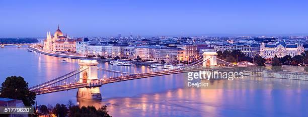 Ponte delle catene e Skyline della città di notte a Budapest, Ungheria