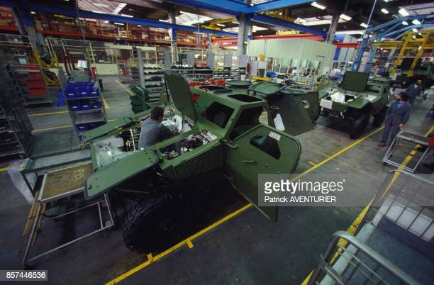 Chaine d'assemblage a l'usine Panhard de blindes en fevrier 1993 en France