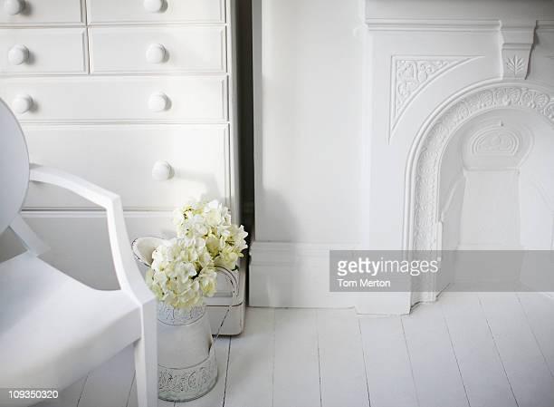 椅子、暖炉を備えたエレガントなホワイトのリビングルーム