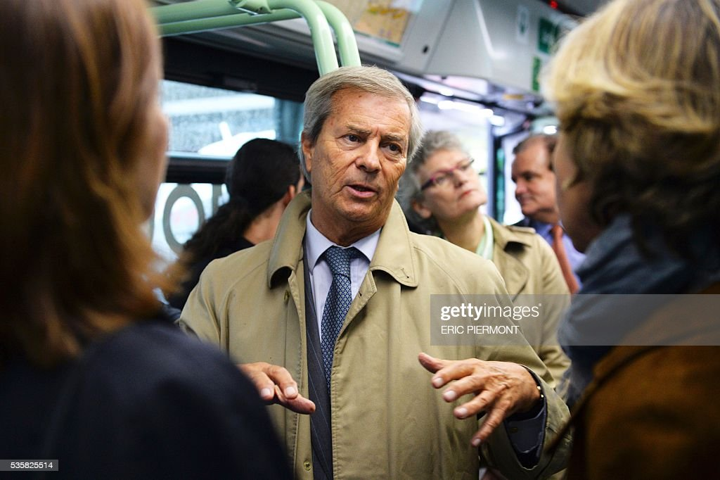 Chairman and CEO of French industrial group Bollore Group Vincent Bollore (C) talks as he stands in the electric bus 'Bluebus' of the RATP (state-owned public transport operator responsible for most of the public transport in Paris) on May 30, 2016 place de l'Etoile in Paris during the official launch of the first '100% electric' 341 line between Clignancourt, northern Paris, and place de l'Etoile. / AFP / ERIC