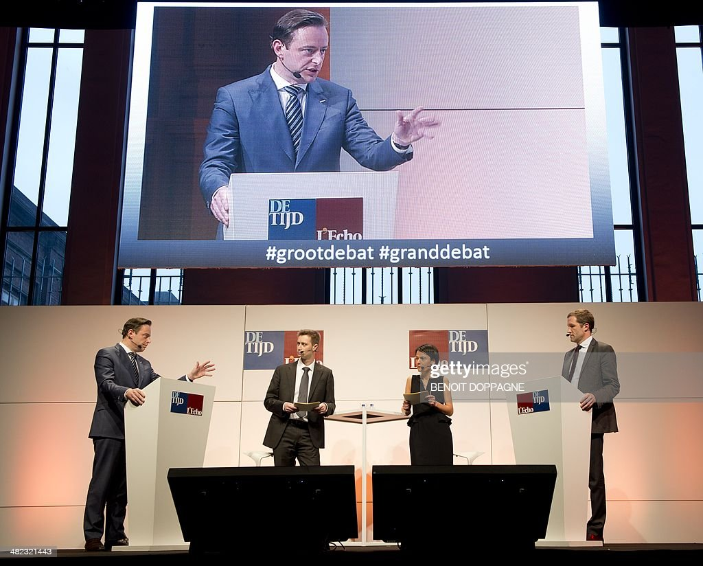 N-VA chairman Bart De Wever (L) and PS chairman Paul Magnette (R) take part in a debate organized by business newspapers L'Echo and De Tijd, ahead of upcoming elections, on April 3, 2014 in Brussels. The chairmen of French speaking socialist party PS and Flemish nationalists N-VA debated topics related to the economy.