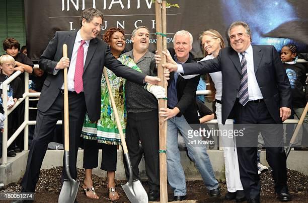 Chairman CEO Fox Film Entertainment Tom Rothmann actress CCH Pounder Producer Jon Landau director James Cameron wife Suzy Amis and Chairman CEO Fox...
