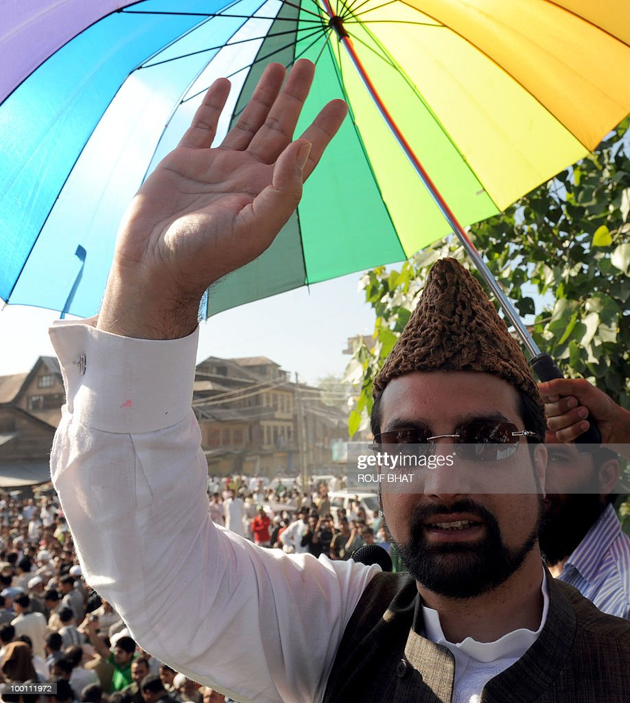 Chairman of the All Parties Hurriyat Conference (APHC), Moulvi Umar Farooq waves to spporters during a rally march towards Martyr's graveyard in Srinagar on May 21, 2010. Thousands of people turned out to pay tribute to two slain separatist leaders in Indian Kashmir, as a one-day strike called to mark the occasion closed shops and businesses. The strike was called by the moderate faction of the Himalayan region's main separatist alliance, the All Parties Hurriyat Conference, to remember Molvi Mohammed Farooq and Abdul Gani Lone. AFP PHOTO/Rouf BHAT