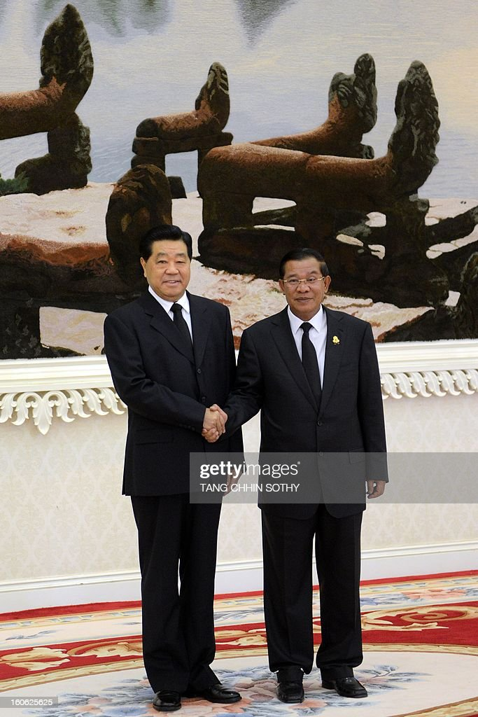 Chairman of the Chinese People's Political Consoltative Conference (CPPCC) Jia Qinglin (L) shakes hands with Cambodian Prime Minister Hun Sen (R) during their meeting at the Peace Palace in Phnom Penh on February 4, 2013. Jia arrived here to pay his respects and attend the funeral of the late former king Norodom Sihanouk ahead of his cremation on February 4.