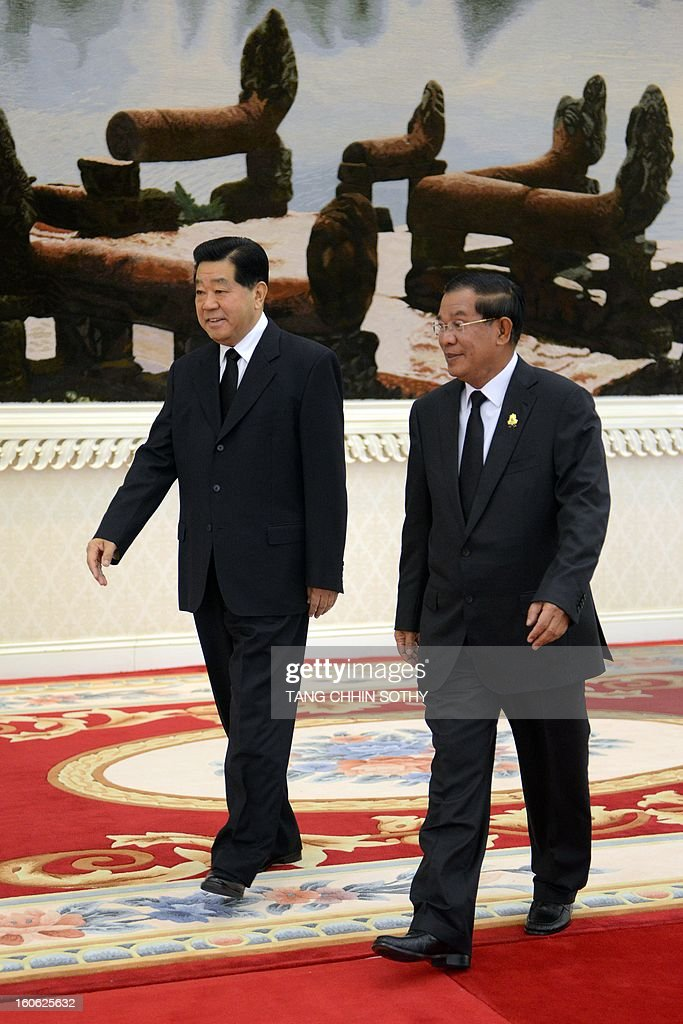Chairman of the Chinese People's Political Consoltative Conference (CPPCC) Jia Qinglin (L) walks with Cambodian Prime Minister Hun Sen (R) during their meeting at the Peace Palace in Phnom Penh on February 4, 2013. Jia arrived here to pay his respects and attend the funeral of the late former king Norodom Sihanouk ahead of his cremation on February 4.