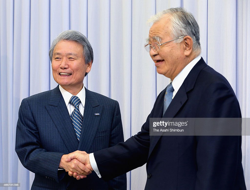 Chairman of Toray Industries Inc. Sadayuki Sakakibara (L) shakes hands with Chairman of Keidanren (Japan Business Federation) <a gi-track='captionPersonalityLinkClicked' href=/galleries/search?phrase=Hiromasa+Yonekura&family=editorial&specificpeople=2816307 ng-click='$event.stopPropagation()'>Hiromasa Yonekura</a> during a new conference after being appointed to succeed Yonekura on January 27, 2014 in Tokyo, Japan.