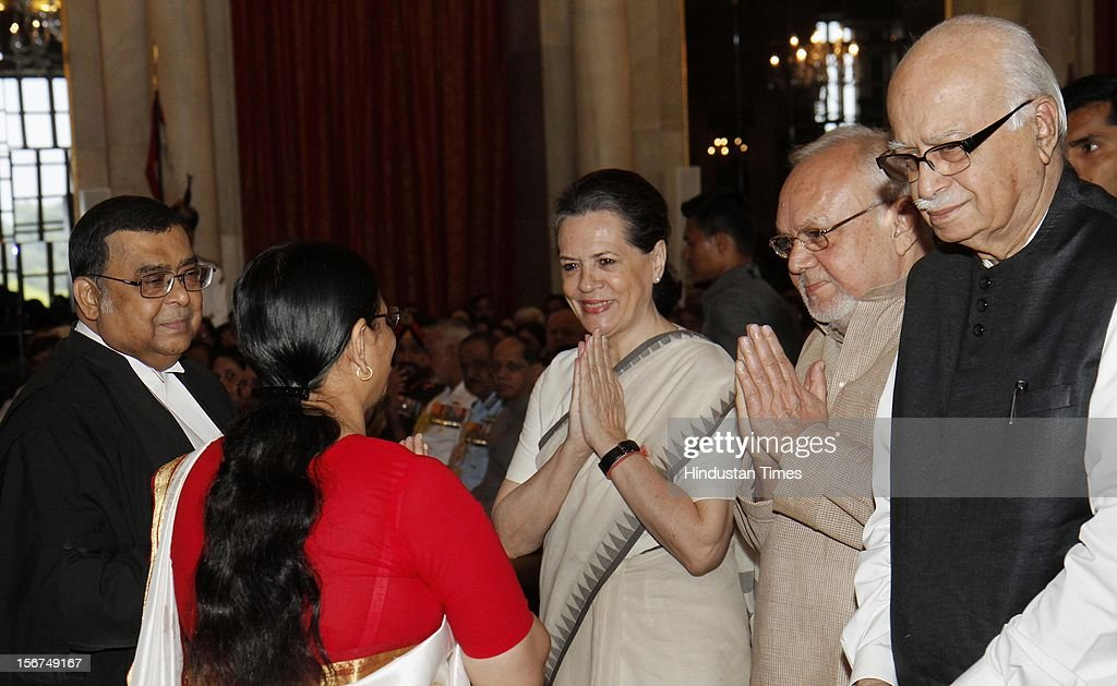 UPA Chairperson and Congress President Sonia Gandhi (C) and BJP leader L K Advani (R) greets Justice Altamas Kabir and his wife before the swearing in ceremony as the 39th Chief Justice of India at Rashtrapati Bhavan on September 29, 2012 in New Delhi, India. (Photo by Mohd Zakir/Hindustan Times via Getty Images)'