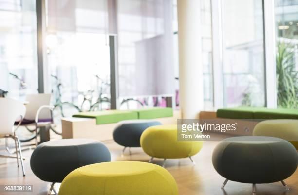 Cadeiras e mesas no salão vazio