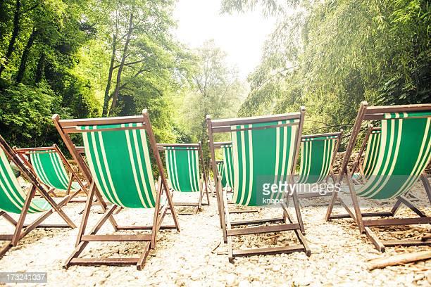 Sedie su una bellissima spiaggia di fiume