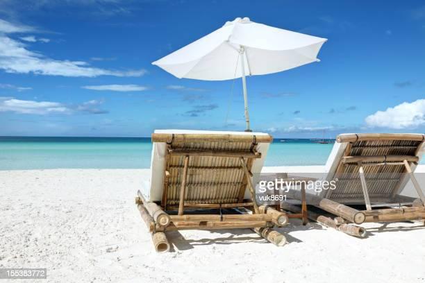 Stühle am tropischen Strand