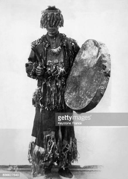 Chaman sibérien avec son tambour traditionnel qu'il frappe en rythme afin de provoquer des transes