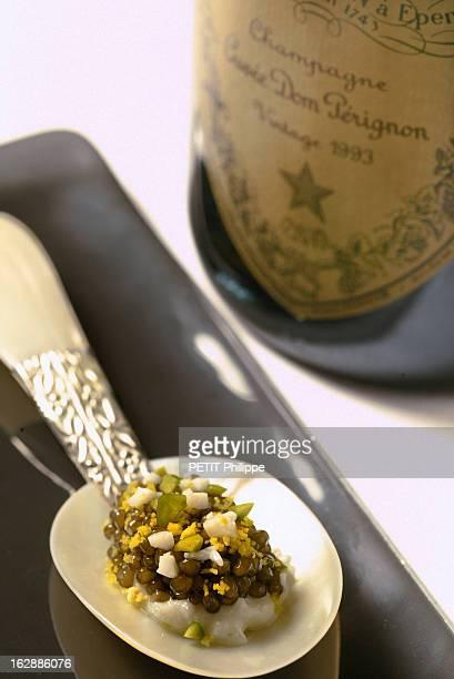 Champagne For New Year'S Eve Bouteille de champagne Dom Pérignon 1993 s'accordant avec un caviar d'Iran Osciètre royal et son oignon blanc des...