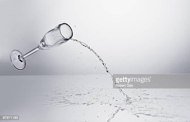 Champagne rovesciare da cubi di vetro