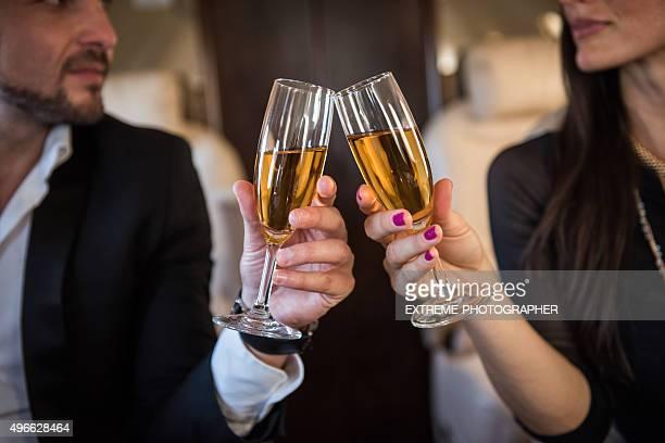 シャンパンでの乾杯プライベート飛行機で