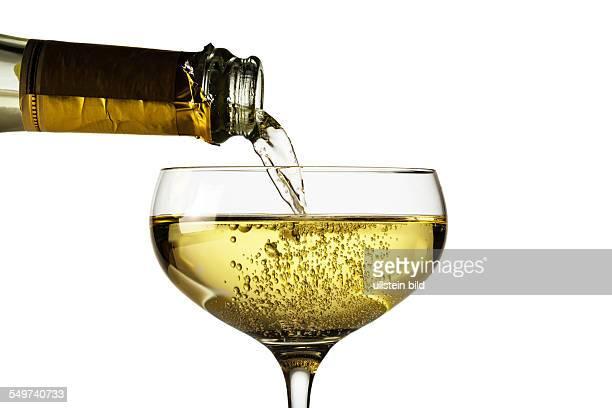 Champagnerflasche mit Sektglas Symbolfoto für Feiern und Jahreswechsel