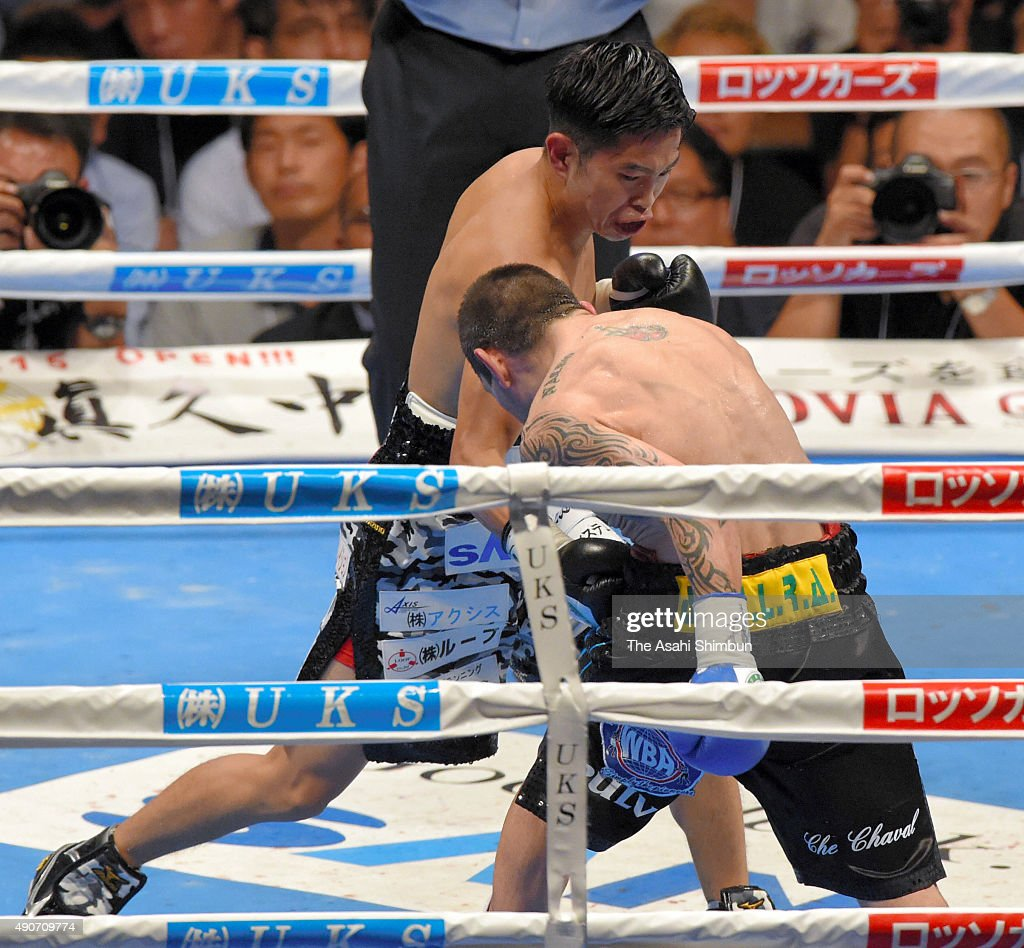 Champion <a gi-track='captionPersonalityLinkClicked' href=/galleries/search?phrase=Kazuto+Ioka&family=editorial&specificpeople=7488576 ng-click='$event.stopPropagation()'>Kazuto Ioka</a> (L) of Japanese exchanges punches with challenger Roberto Domingo Sosa (R) of Argentina during the WBA world flyweight title bout between <a gi-track='captionPersonalityLinkClicked' href=/galleries/search?phrase=Kazuto+Ioka&family=editorial&specificpeople=7488576 ng-click='$event.stopPropagation()'>Kazuto Ioka</a> of Japan and Roberto Domingo Sosa of Argentina at the Osaka Prefectural Gymnasium on September 27, 2015 in Osaka, Japan.