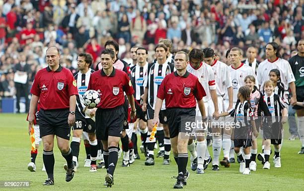 Champions League 02/03 Finale Manchester AC Mailand Juventus Turin 32 iE Schiedsrichter Dr Markus MERK mit seinen beiden Assistenten Heiner MUELLER...