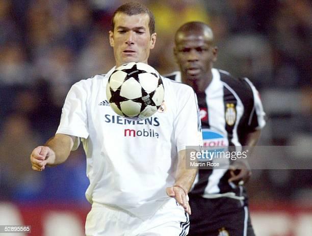 Champions League 02/03 Madrid Real Madrid Juventus Turin 21 Zinedine ZIDANE/Madrid Lilian THURAM/Juventus