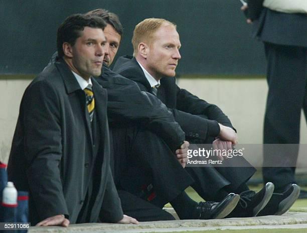 Champions League 02/03 Mailand AC Mailand Borussia Dortmund 01 Enttaeuschte Trainerbank Sportmanager Michael ZORC Co Trainer Uwe NEUHAUS und Trainer...