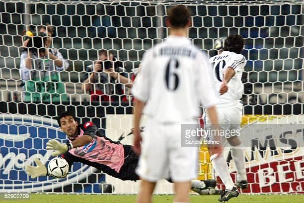Champions League 02/03 Turin Juventus Turin Real Madrid 31 Torwart Gianluigi BUFFON/Juventus haelt Elfmeter von Luis FIGO/Madrid FIGO
