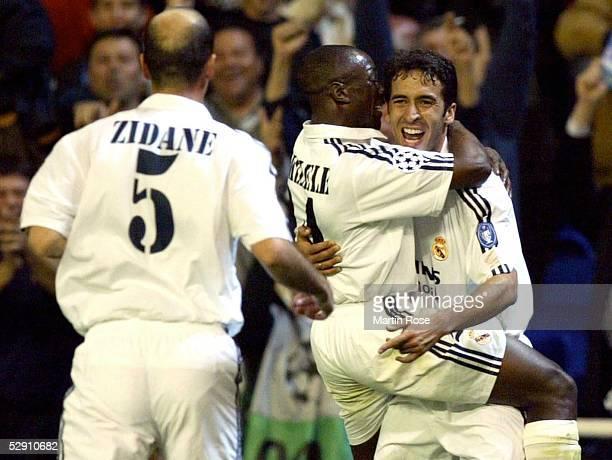 Champions League 02/03 Viertelfinale Madrid Real Madrid Manchester United 31 Jubel Zinedine ZIDANE Claude MAKELELE RAUL/Real Madrid