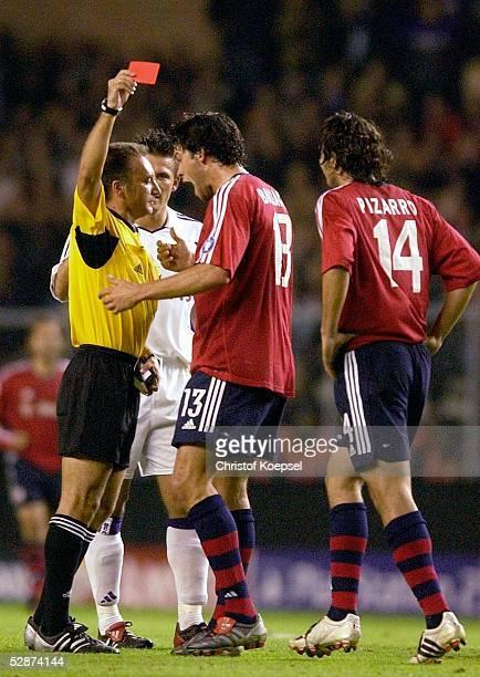 Champions League 03/04 Bruessel RSC Anderlecht FC Bayern Muenchen Schiedsrichter Luis MEDINA/ESP gibt Claudia PIZARRO/Bayern GelbRot Michael...