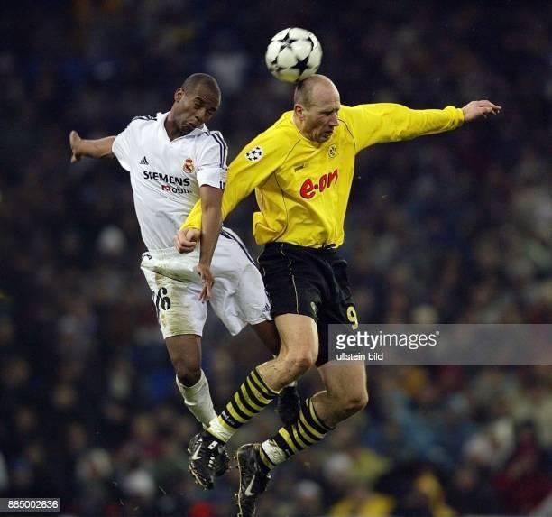 Champions League 2002/03 Zwischenrunde Hinspiel Real Madrid Borussia Dortmund 21 Kopfballduell zwischen Madrids Flavio Conceicao und Jan Koller