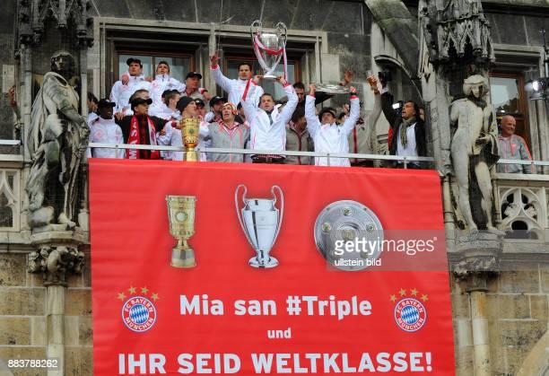 FUSSBALL Champions Party des FC Bayern Muenchen nach dem Gewinn des DFB Pokal und Triple Das Team feiert auf dem Muenchner Marienplatz den...