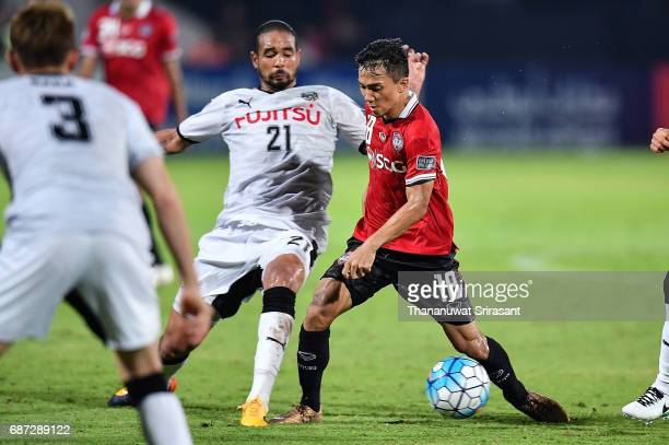 Chanathip Songkrasin of Muangthong United and Eduardo Neto of Kawasaki Frontale competes for the ball during the Asian Champions League Group of 16...