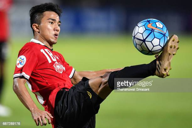 Chanathip Songkrasin of Muangthong United holds the ball during the Asian Champions League Group of 16 match between Muangthong United and Kawasaki...