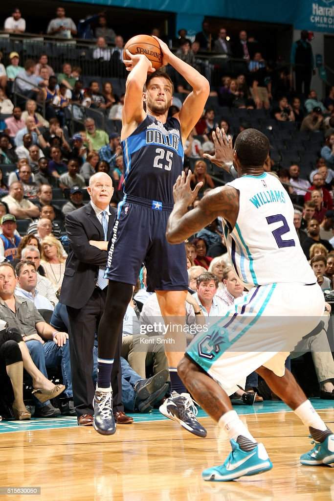 Chandler Parsons #25 of the Dallas Mavericks shoots the ball during the game against the Charlotte Hornets on March 14, 2016 at Time Warner Cable Arena in Charlotte, North Carolina.