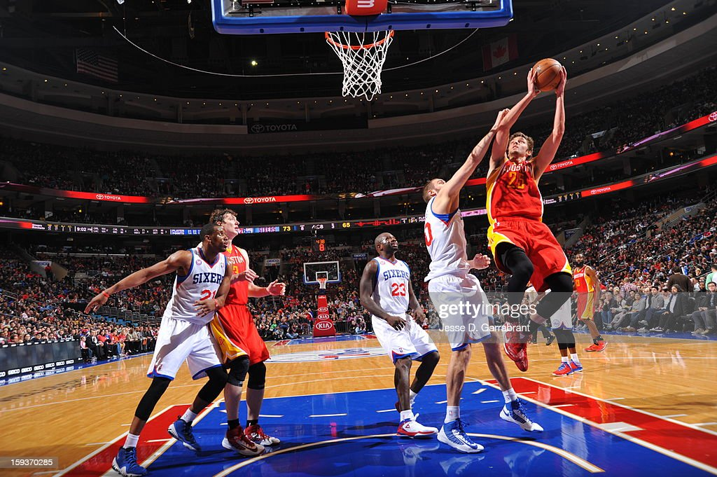 Chandler Parsons #25 of the Houston Rockets drives to the basket against Spencer Hawes #00 of the Philadelphia 76ers during the game at the Wells Fargo Center on January 12, 2013 in Philadelphia, Pennsylvania.