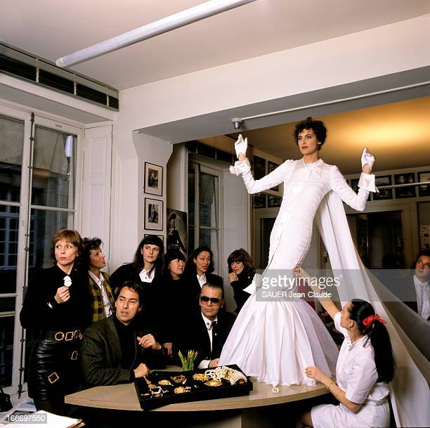 Chanel Summer Collection 89 The Wedding Dress Presented By Ines De La Fressange Paris Janvier 1989 Collection été 1989 La robe de mariée dessinée par...