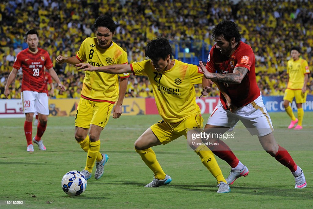 Changsoo Kim (L) and <a gi-track='captionPersonalityLinkClicked' href=/galleries/search?phrase=Ricardo+Goulart&family=editorial&specificpeople=7462579 ng-click='$event.stopPropagation()'>Ricardo Goulart</a> #11 of Guangzhou Evergrande compete for the ball during the AFC Champions League quarter final match between Kashiwa Reysol and Guangzhou Evergrande at Hitachi Kashiwa Soccer Stadium on August 25, 2015 in Kashiwa, Japan.