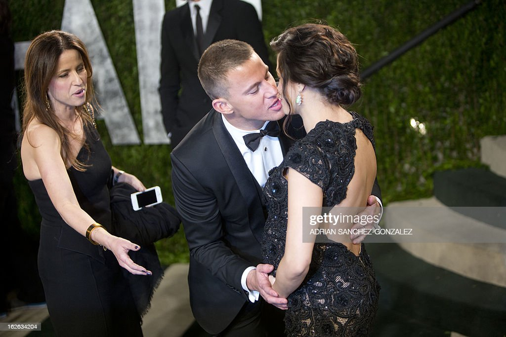 Channing Tatum kisses his wife as they arrive for the 2013 Vanity Fair Oscar Party on February 24, 2013 in Hollywood, California.