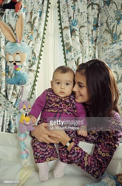 Chantal Goya Twin Fashion En France dans une chambre d'enfant Chantal GOYA tenant son fils JeanPaul bébé debout dans son lit habillé d'une...