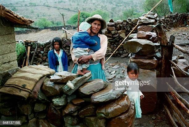 Chapaco Indiofrau mit drei Kindern in der Provinz Tavija in Süd Bolivien Die Menschen sind bedroht von Mangelernährung und Krankheiten 1995