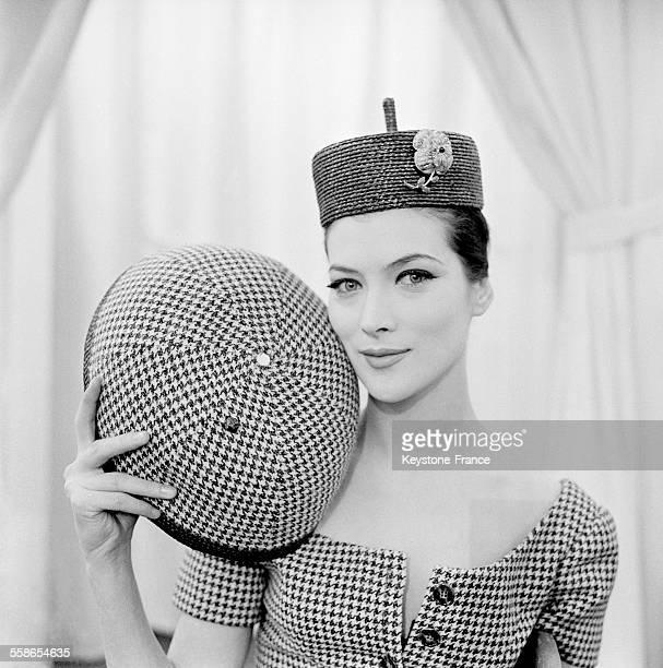 Chapeau à la chinoise démontable en lainage piedde poule en 1960