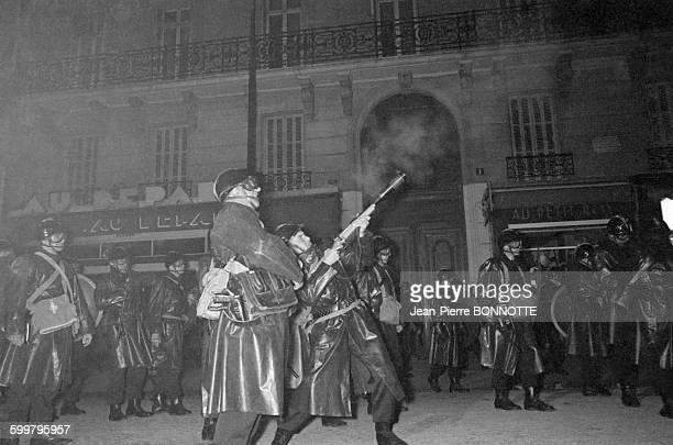 Charge de la police lors de la nuit des barricades rue GayLussac le 11 mai 1968 à Paris France