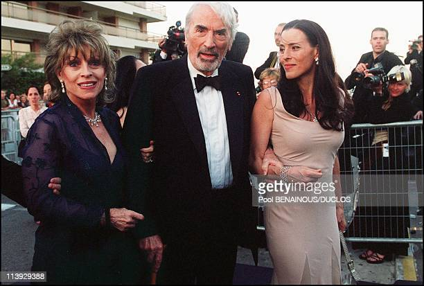 AMFAR charity gala evening the arrival of the guests at the Palm Beach In Cannes France On May 18 2000Gregory Peck wife and daughter